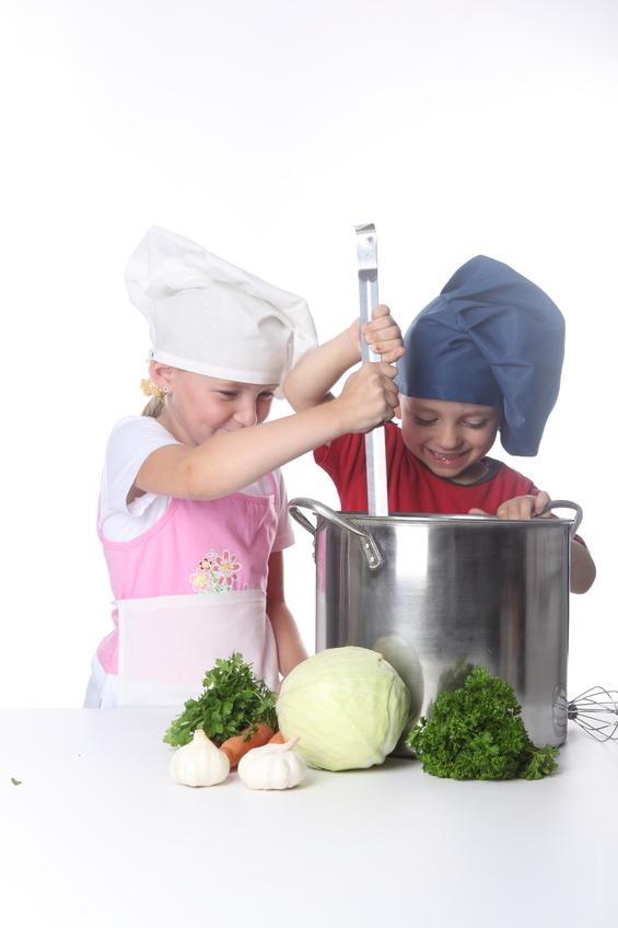 子供が二人で料理