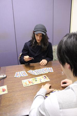 カードを並べる類くん