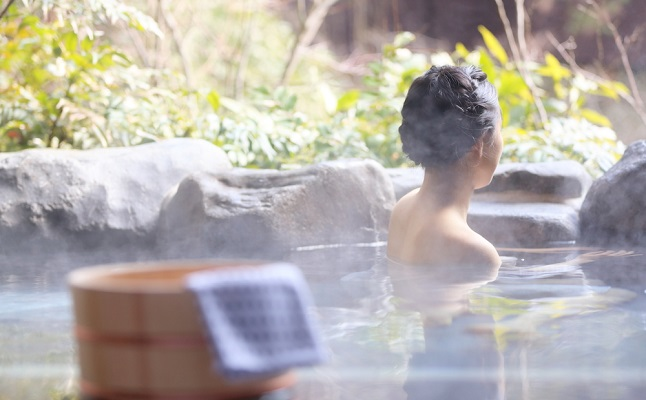 失恋したら、海の近くより高原の温泉に行ったほうがいい!? その理由を解説