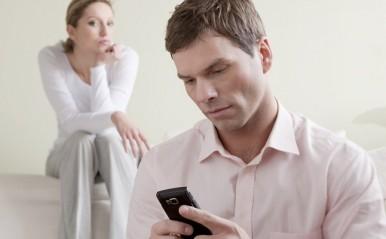 「浮気されてるかも?」彼氏の嘘を見破るコツ4つ!行動、会話に注目