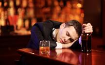 「酒癖の悪い彼氏」どこまで許していい?泥酔エピソードとお灸の据え方