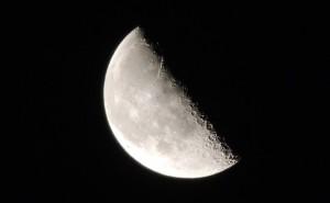 獅子座は元カレと再会の可能性!8月23日「下弦の月」月星座別メッセージ