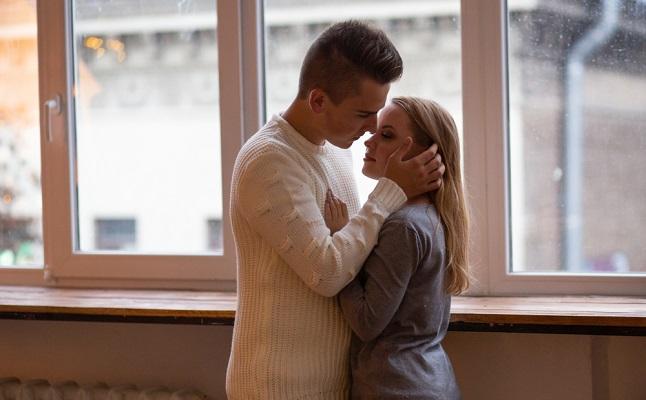 恋人未満の彼が「キスしたい」と思う瞬間って?エレベーター、あとは…