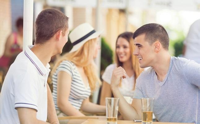 男性が運命を感じた「一目ぼれ」体験談!取引先で…行きつけのバーで…