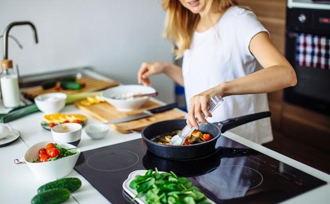 男ウケのいい料理は彼の年齢で変わる?若い男性VSアラフォー以降が好む料理