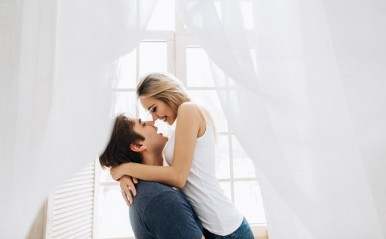 経験者に聞く「年下彼氏」に愛される秘訣!謙虚さ、年相応の美しさ…