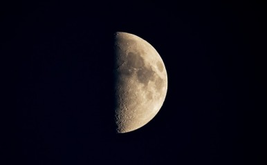 水瓶座は新たな出会いの予感!9月24日「上弦の月」月星座別☆メッセージ
