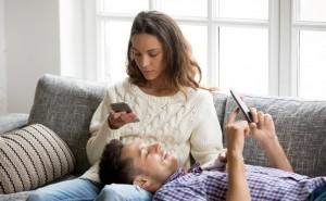 彼氏が素っ気なくなったのはなぜ?「安定してきた」と「冷め始め」の違い